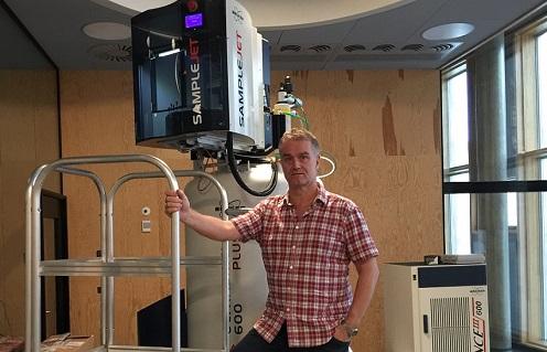 Picture of professor Søren Balling Engelsen by a NMR scanner